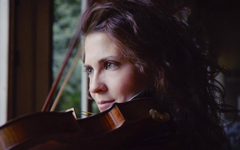 Lorenza Borrani playing violin